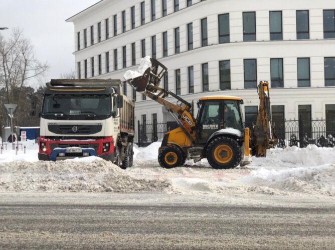 Погрузка снега экскаватором - Трансавтогруп